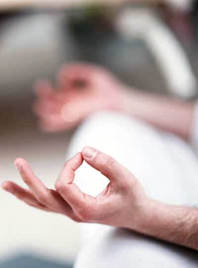Chin Mudra als Symbol für Achtsamkeit mit Yoga und Feldenkrais